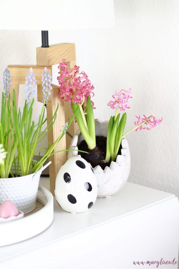 Oster-Deko mit Frühlingsblumen