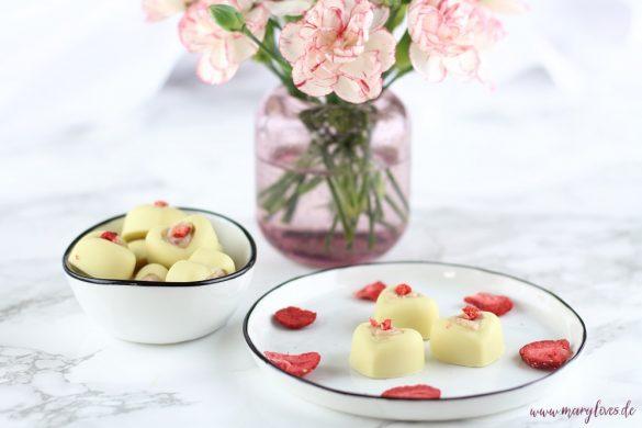 Weiße Schokoladen-Pralinen mit Frischkäse-Erdbeerfüllung