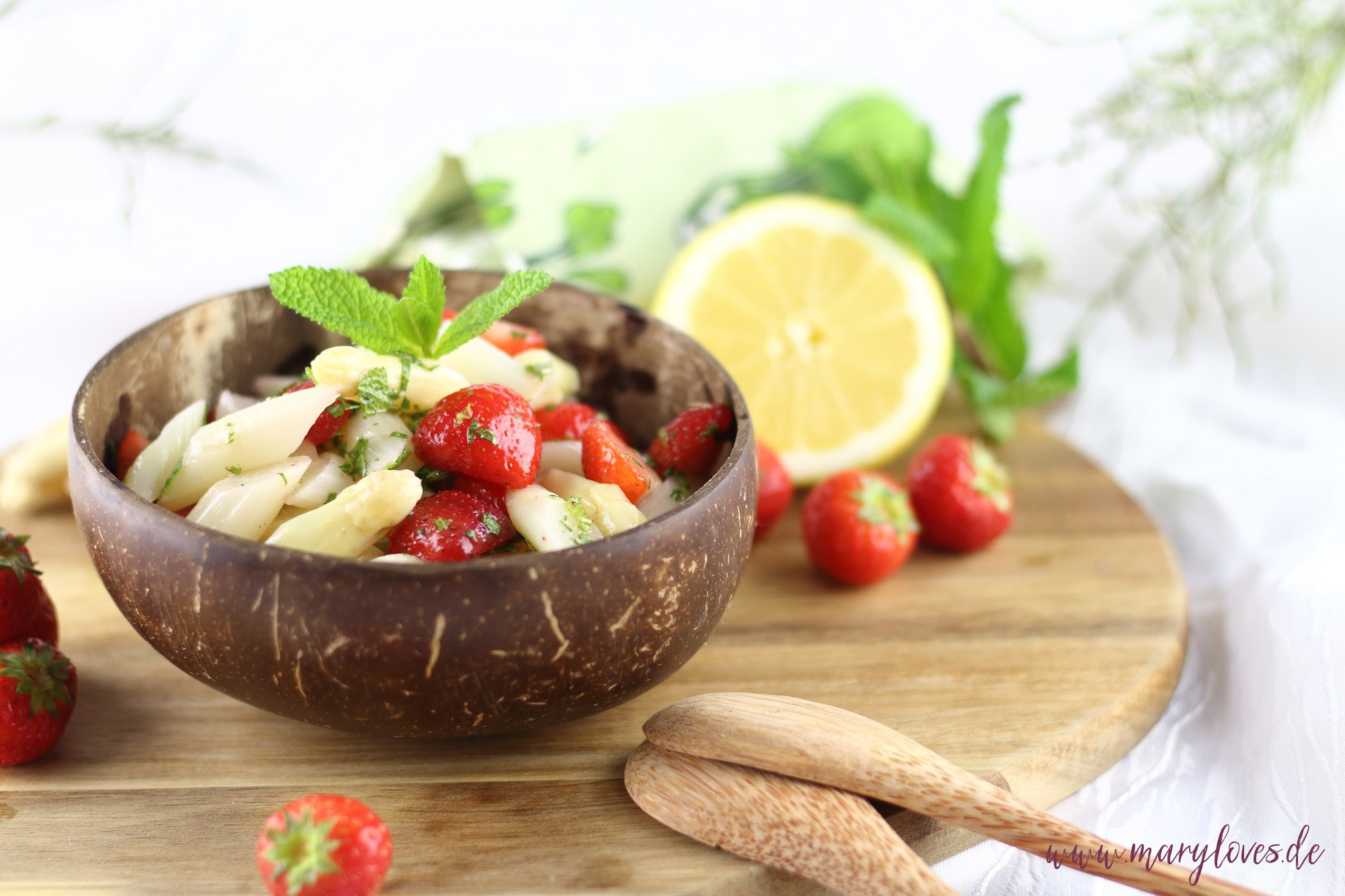 Saisonal lecker: Leichter Spargel-Erdbeersalat mit frischer Minze - Mary loves