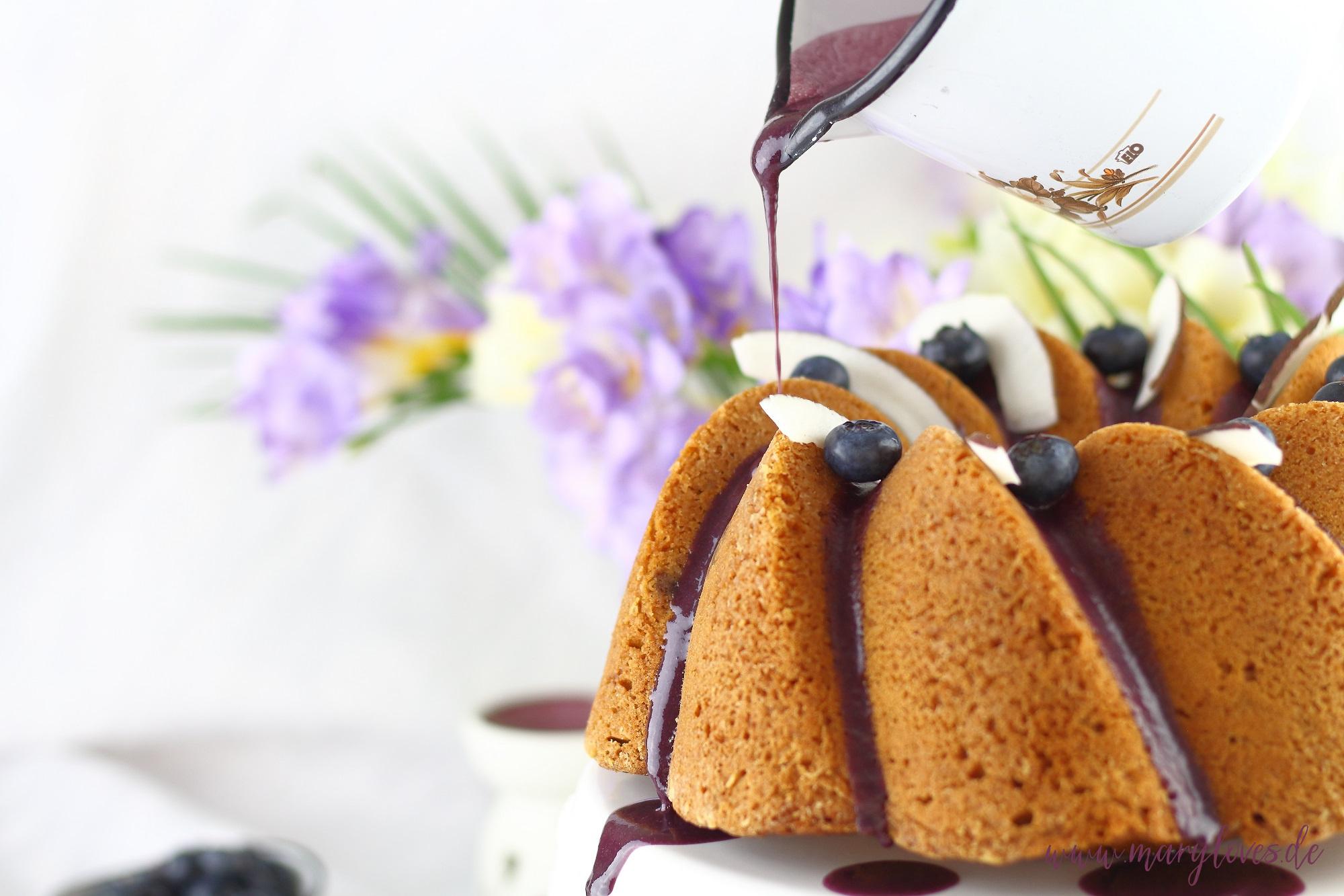 Kokos-Heidelbeer-Gugelhupf mit frischen Beeren & karamelliger Kokosnote