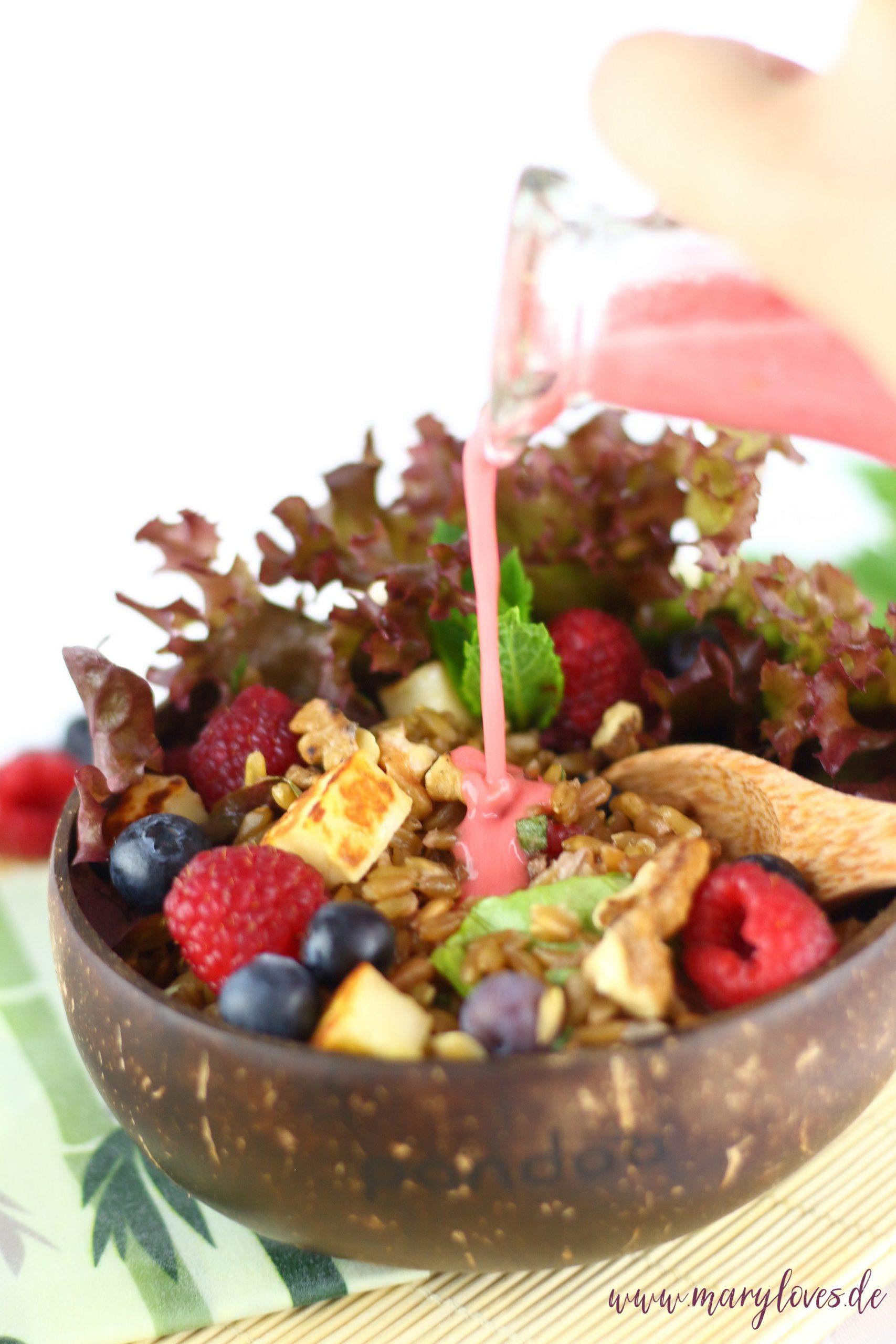 [Anzeige] Sommerlicher Grünkernsalat mit Beeren, Nüssen & Halloumi