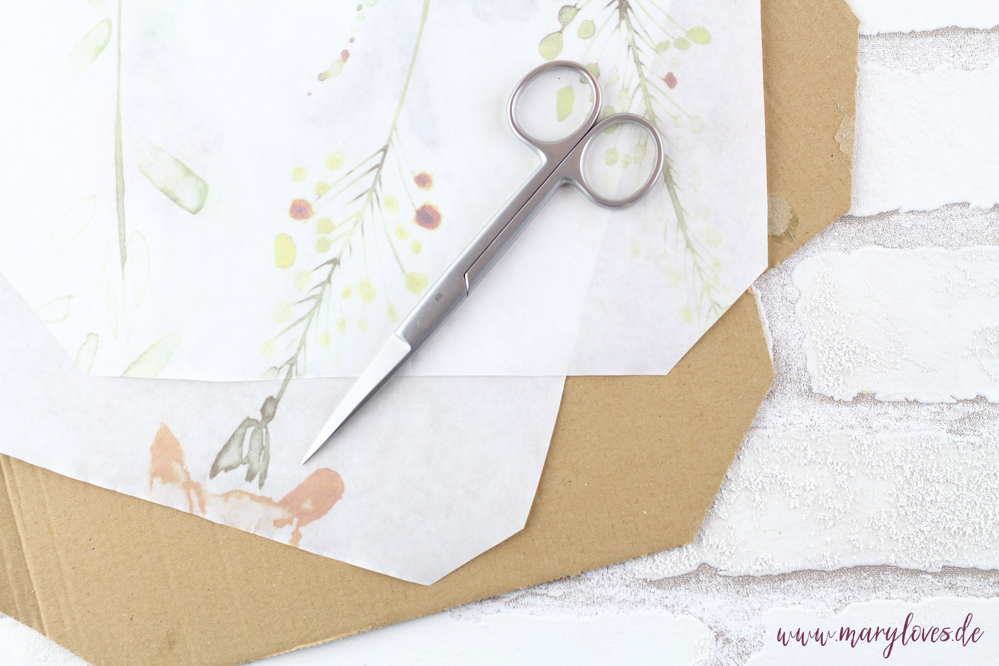 Papier und Pappe für Blumenpresse zuschneiden