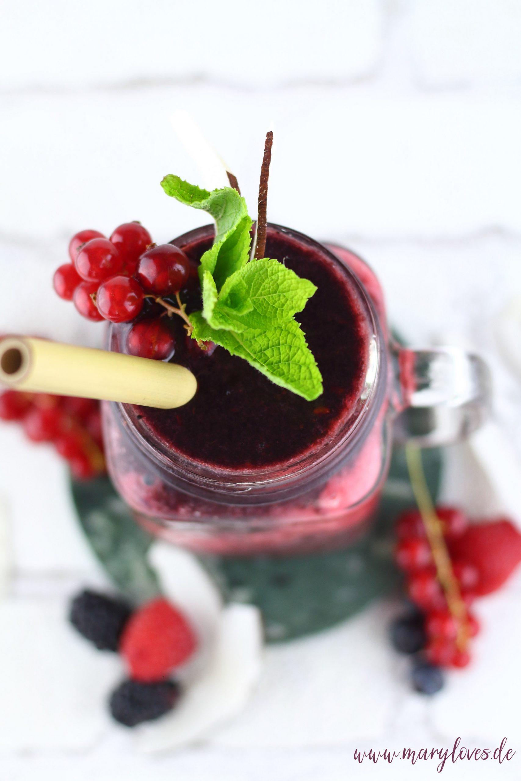 Fruchtiges Eisgetränk - Beeren-Kokos-Slushy