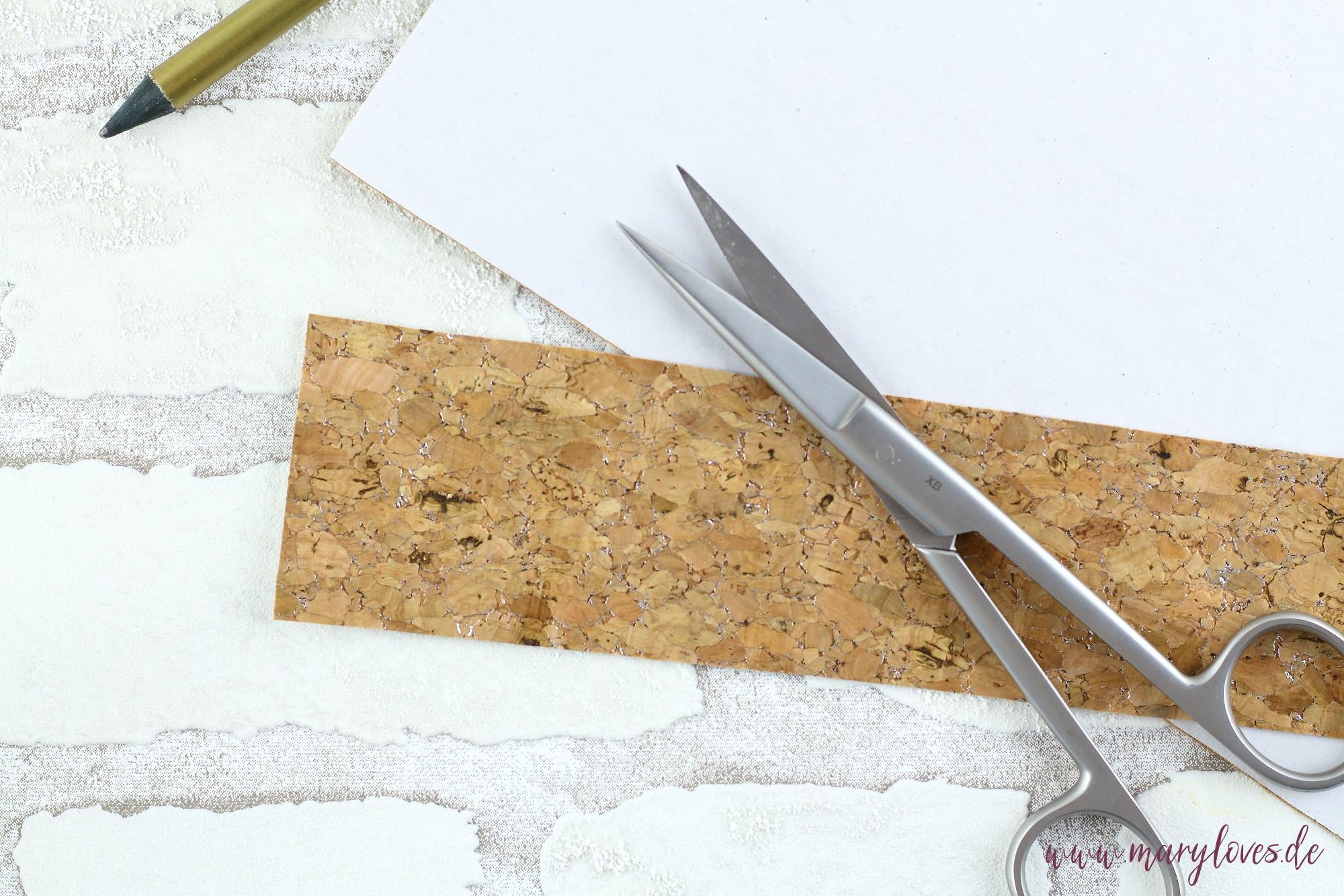 Korkpapier für den DIY Adventskalender zuschneiden
