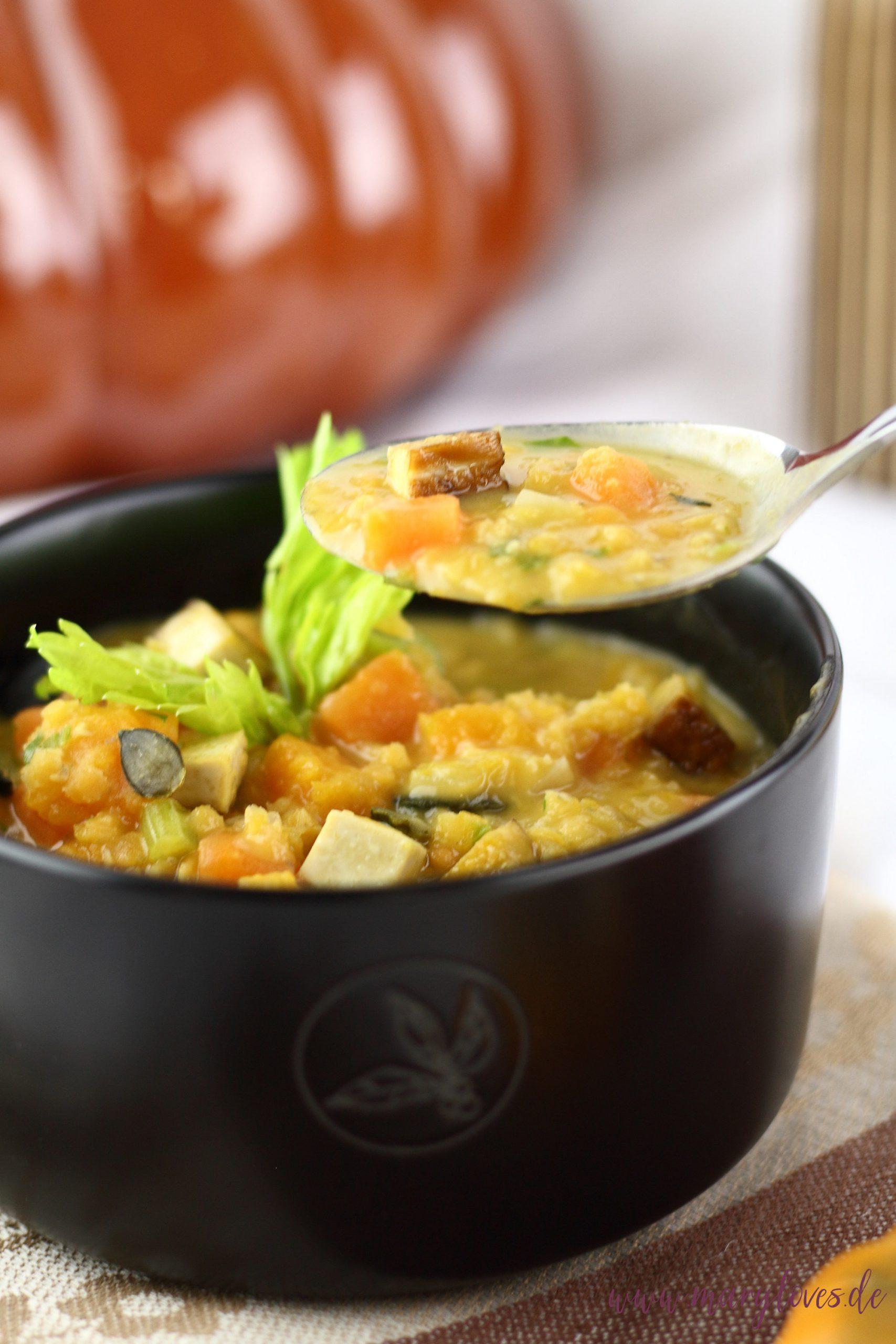 Herbstlicher Seelenwärmer: Vegane rote Linsensuppe mit Süßkartoffel, Kürbis und Kokosmilch