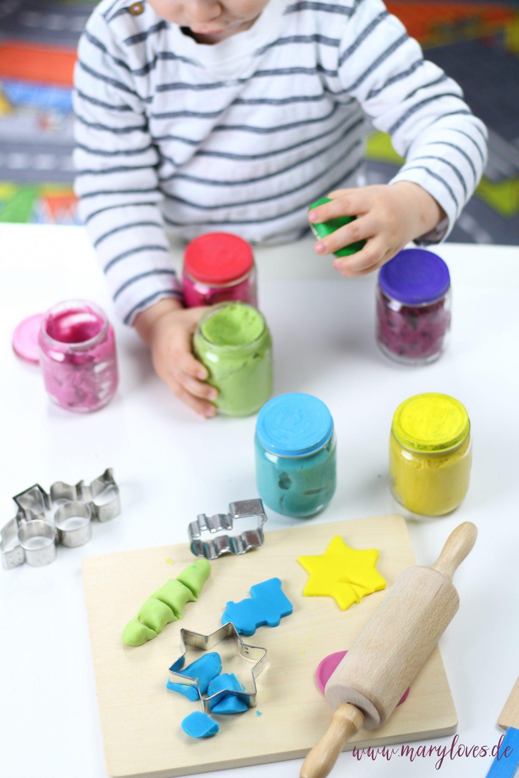11 Spiel- & Beschäftigungsideen für Kleinkinder bei schlechten Wetter - Tipp 4: bunte Figuren kneten mit selbstgemachter Kinderknete