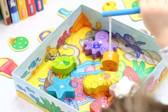 11 Spiel- & Beschäftigungsideen für Kleinkinder bei schlechten Wetter. - Tipp 5: Gesellschaftsspiele für kleine Kinder wie Fische Angeln