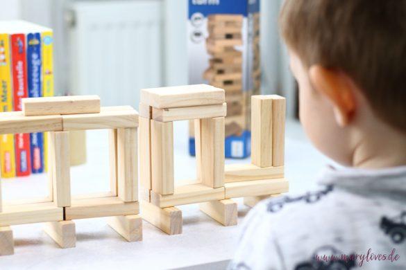 11 Spiel- & Beschäftigungsideen für Kleinkinder bei schlechten Wetter. - Tipp 5: Geschicklichkeitsspiele für kleine Kinder wie ein Wackelturm