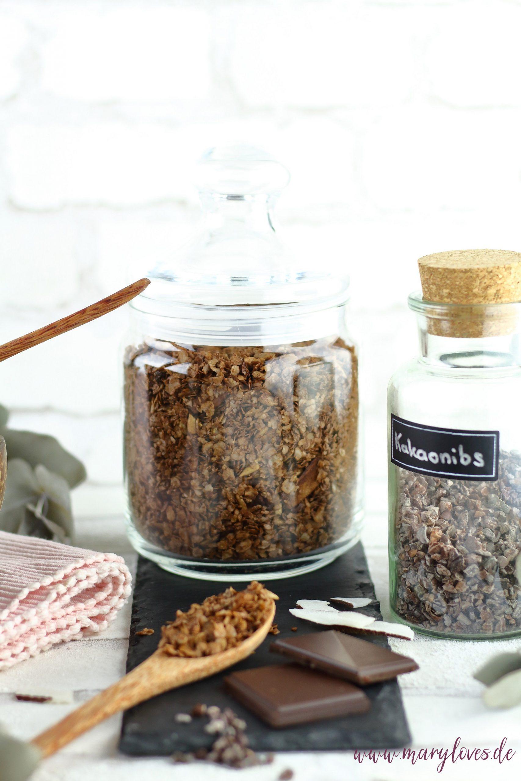 Zuckerfreies Frühstück: Selbstgemachtes Müsli mit Schokolade und Kokos