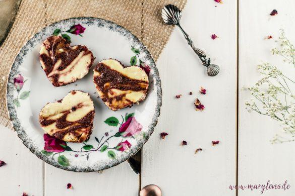 Käsekuchen-Brownies in Herzform & Brownie-Cheesecake-Pops mit Rosenblättern