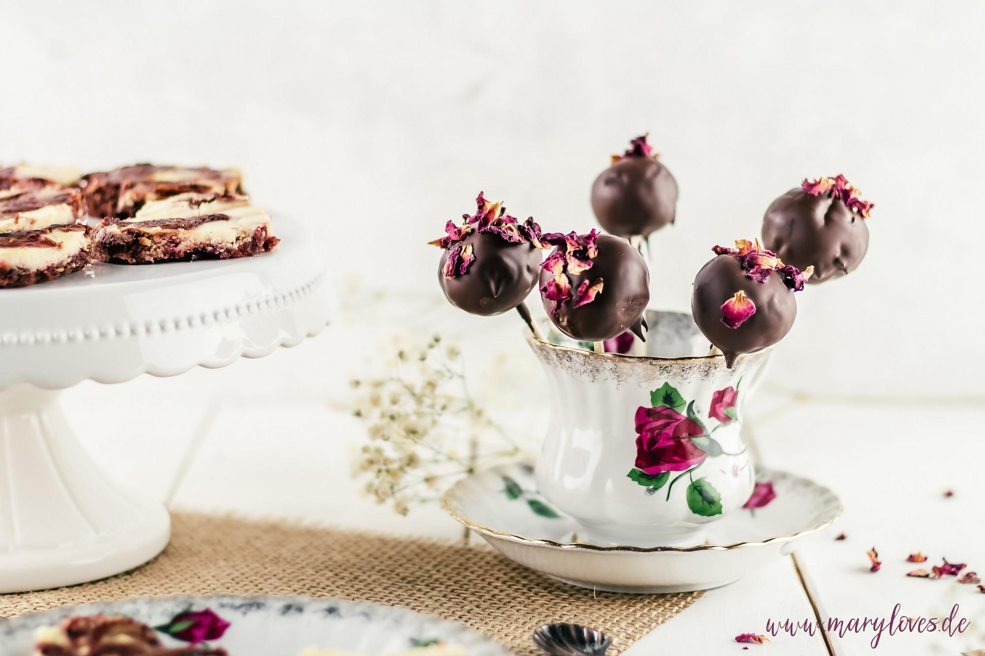 Brownie-Cheesecake-Pops mit Rosenblütenblättern