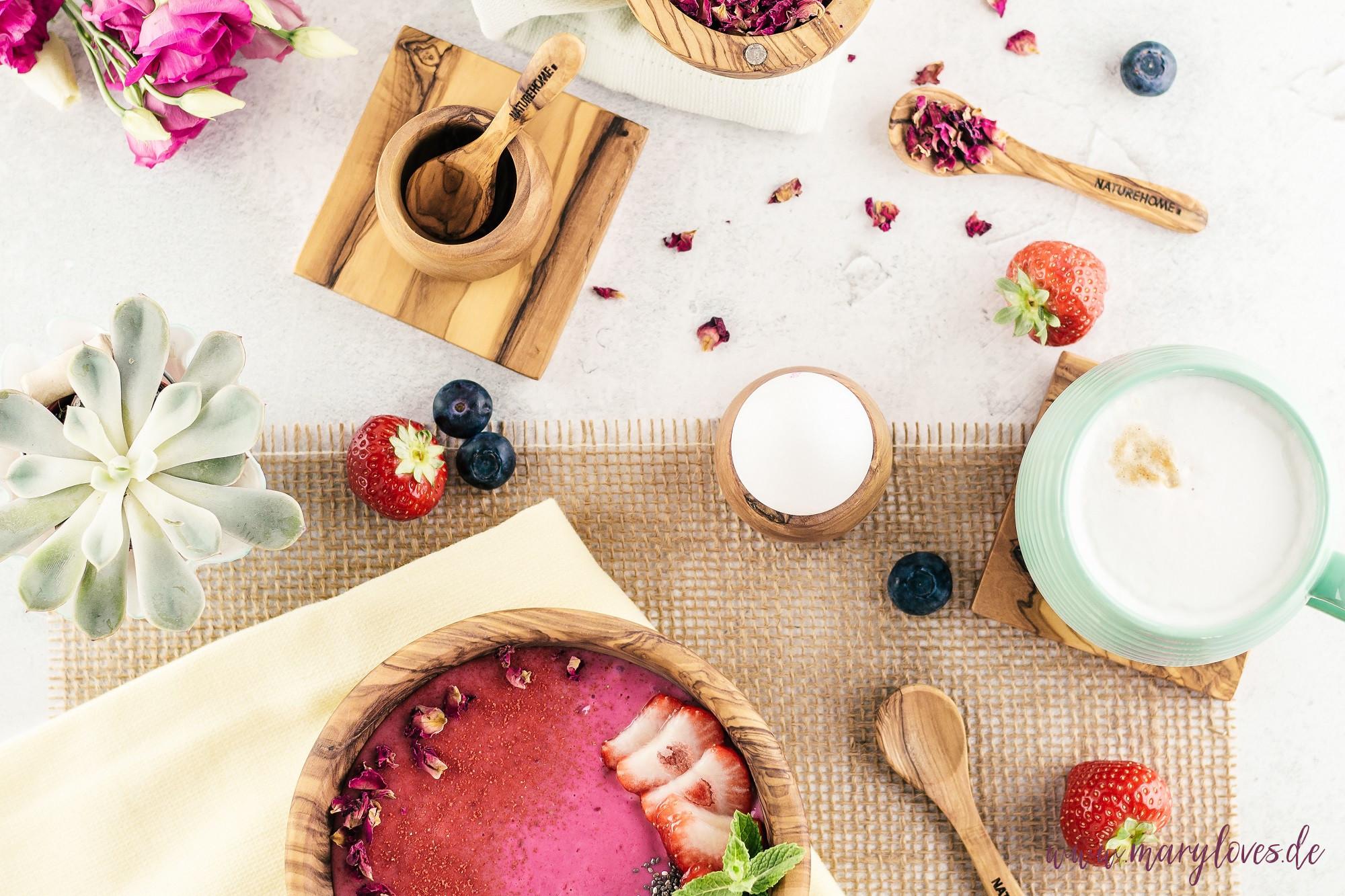 Beeren Smoothie Bowl mit getrockneten Rosenblütenblättern