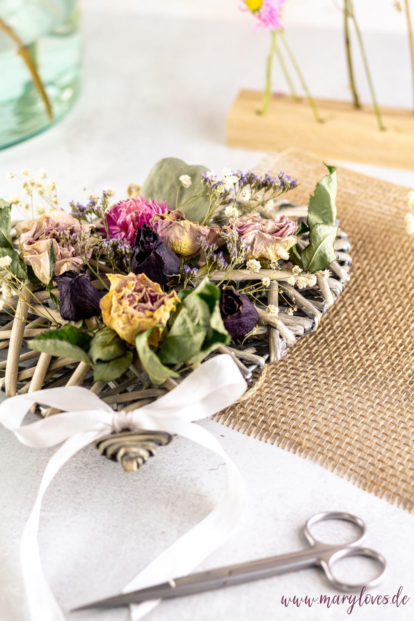 DIY-Dekoherz mit getrockneten Blumen als Geschenkidee zum Muttertag