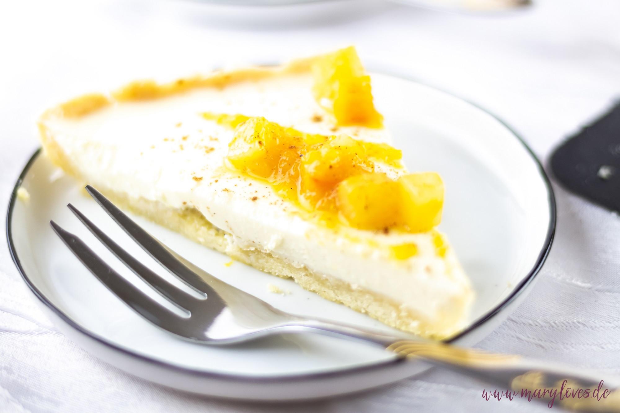 Ein Stück Panna Cotta Kuchen mit Kürbis-Birnen-Topping